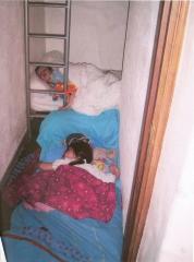 Les enfants dormant dans placard 1.jpg